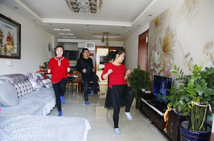 Chinese parents find ways of indoor fitness for children amid epidemic