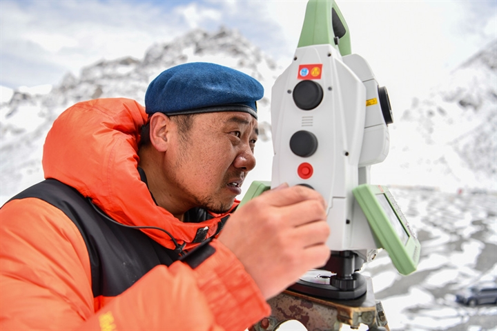 Chinese expedition conducts surveying at Mount Qomolangma base camp