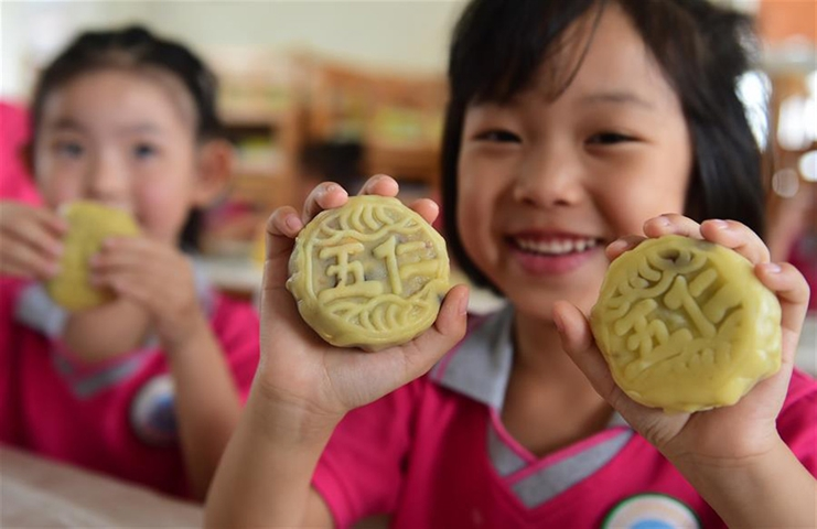 Children make mooncakes to celebrate upcoming Mid-Autumn Festival in north China's Hebei