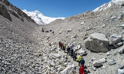 Mt. Qomolangma mired in 'chaos', stricter regulations required